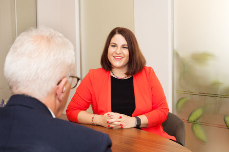 """Rechtsanwältin Mag. Kathrin Schuhmeister bereitet ihre Klientinnen und Klienten durch umfassende Information vor: """"Durch welche Tür sie gehen ist ihre Entscheidung, ich kann nur die Möglichkeiten aufweisen."""""""
