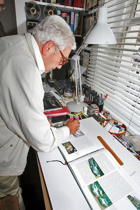 Sir Ken Adam signiert mein Aston-Buch. Foto: Stephan Lindloff
