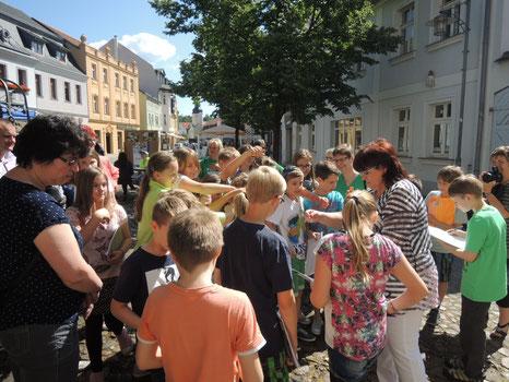 Schüler vom Erwin-Strittmatter-Gymnasium Spremberg zum Tag der Menschen mit Sehbehinderung