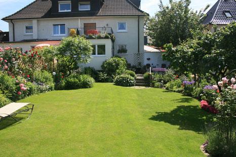 Garten mit großer Wiese