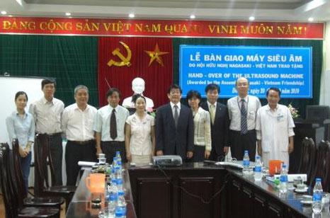 ドンハの検診センター長のホ・チィ・クウェンさん(写真左から5番目)