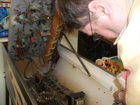 """Heribert Eiden bei der Reparatur eines """"Space Mission"""" von Williams"""