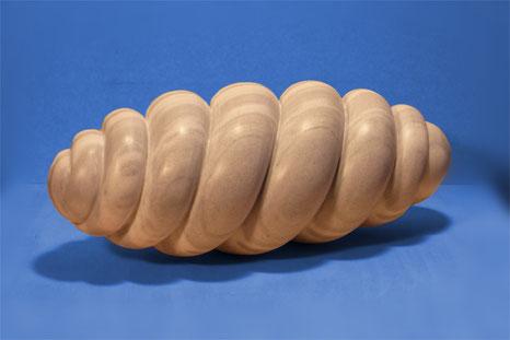 made in Marmor. spiralig aufgewickelte, zylindrische Form, an beiden Enden dünner werdend aus Marmor, die Oberfläche ist matt poliert.