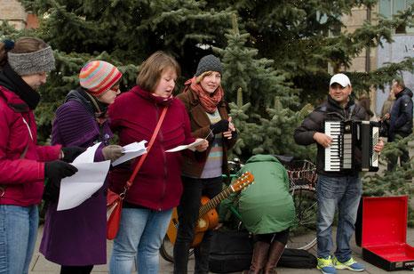 Vorbereitungen vor dem Anger 1 mit unserem spontan hinzugewonnenen Akkordeonspieler Copyright Julia Finkenzeller