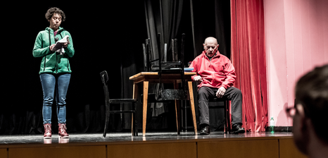 Zwei Menschen auf einer Bühne
