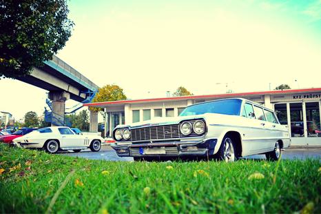 Corvette Stingray und Chevrolet Kombi an der Retro-Tankstelle im Brandshof