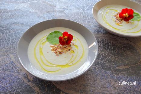 Ajo blanco koude amandel knoflook soep