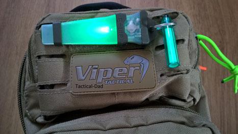 Meine Viper Umhängetasche vom Cop Shop. Daran habe ich ein E-Lite und einen Glowring. Das E-Lite ist in allen Punkten besser als ein Knicklicht!