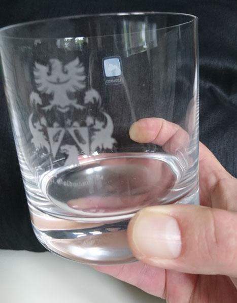 Familienwappen Glasravur, auf Whiskeyglas graviert