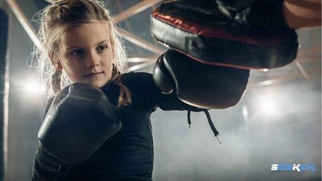 Kind macht Kickboxen in Friedrichshafen