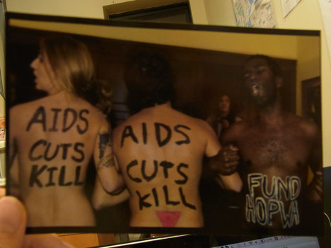裸にメッセージを書いたポスター