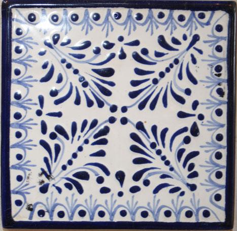 Azulejo Talavera de Puebla en Medida de 10.5 x 10.5 cm. aproximadamente.