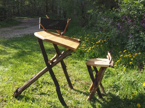 petit pupitre en bois avec une ardoise mobile et son siège. A partir de 6 ans