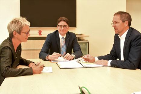 Unser Bild zeigt Bürgermeisterkandidat Timo Lübeck im Gespräch mit Landrat Dr. Michael Koch und der Ersten Kreisbeigeordneten Elke Künholz. (Foto: Volker Kilgus)