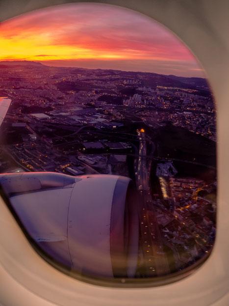 Beim Takeoff in Lissabon gab es noch einen spektakulären Sonnenuntergang - burning Skies. Danach hat uns TAP Air Portugal wohlbehalten und pünktlich wieder in Hamburg abgeliefert.
