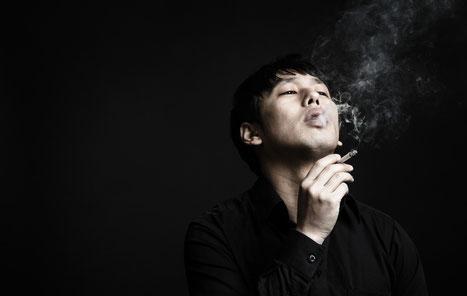 タバコを吸って頚椎ヘルニアになった男性