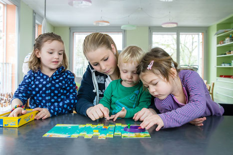 Kinderbetreuerin mit Kleinkindern