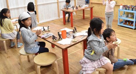 えんぴつクラスはお互いにモデルになりながら、ドッジボールをしている人をたくさん作っていきます。