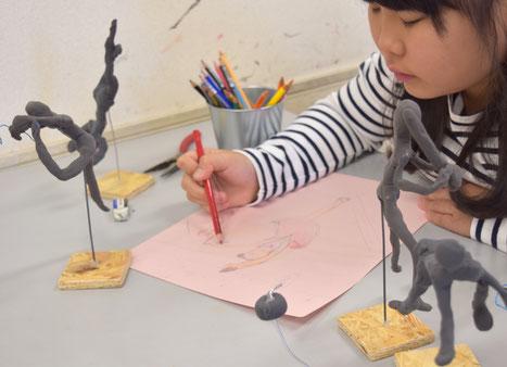 アクロバティックなバレエのポーズ。粘土で作った人を見ながら、今度はその動きを絵に起こしていきます。