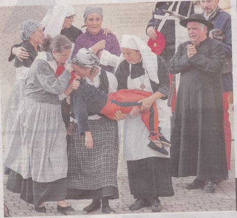 Las mujeres lloran la muerte del pequeño Josico, representado por Unai Lezáun, tras la entrada de los carlistas en el pueblo. (Foto: Montxo A.G)