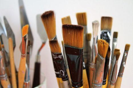 Verschiedene Pinsel zum Malen