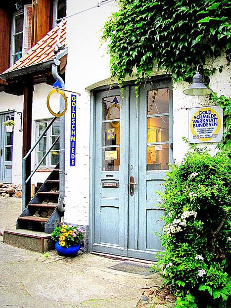 Im alten Flensburger Kaufmannshof, Holm 76, existierten schon immer Handwerker. In den Räumen der heutigen Goldschmiede Bundesen, befand sich früher das Flensburger Eichamt