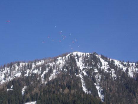 Ob beim Tandemfliegen oder beim Einzelflug mit dem Gleitschirm, die Winterthermik kann in Werfenweng bei Salzburg an manchen Tagen genützt werden. (Foto: Austriafly)