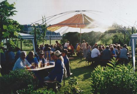 Brotzeit und Bier schmecken den Vereinsmitgliedern