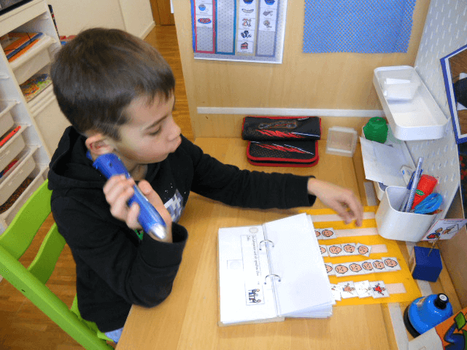 Ein Schüler an der HPS setzt den Alain Anybook Reader beim Ausfüllen des Fragebogens ein.