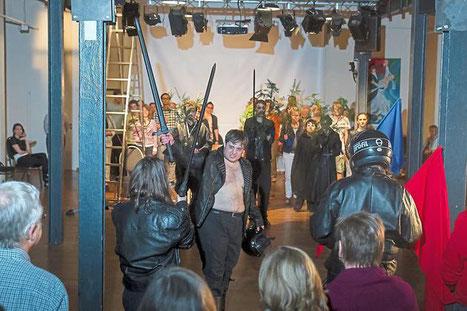 """Es gibt keine Bühne und keine zentrale Bestuhlung: Für die letzte Schlacht eines """"Königs namens Macbeth"""" wird ein Teil der Gäste zu den königstreuen Schotten."""