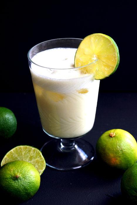 Limetten, Eis und gezuckerte Kondensmilch und fertig ist die Limonada Suíça
