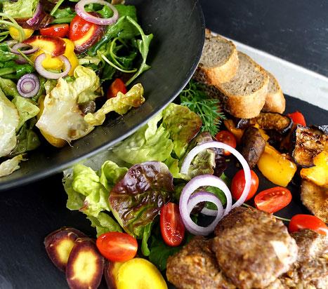 Eichblattsalat, bunte Karotten und gegrilltes Gemüse