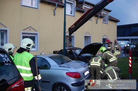 Feuerwehr; Blaulicht; FF Felixdorf; PKW; Aufprall; Hausmauer;