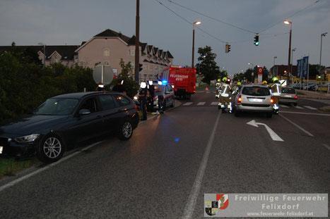 Feuerwehr, Blaulicht, FF Felixdorf, Verkehrsunfall, Schulstraße, PKW