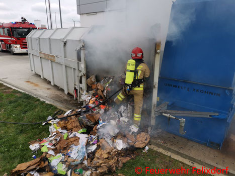 Feuerwehr, Blaulicht, Altpapiercontainer, Felixdorf