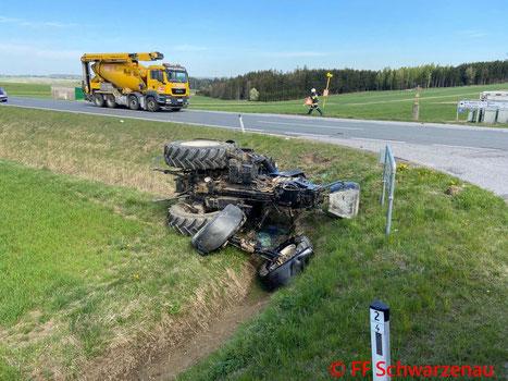 Feuerwehr; Blaulicht; FF Schwarzenau; Unfall; Traktor; Lkw; LB2;