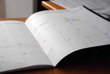 Hier siehst du einen aufgeschlagenen Kalender mit Terminen.