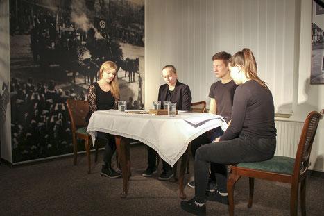 """Ida Zielinski, Annabell Walter, Christof Meier und Yvonne von Weyhe lesen Texte zur Geschichte der """"Euthanasie""""-Verbrechen der Nationalsozialisten."""