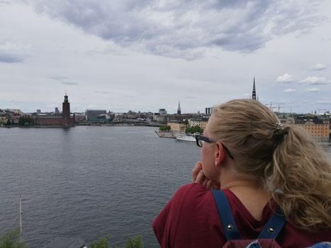 Stephanie Jarvers genießt die Aussicht über Stockholm am Monteliusvägen