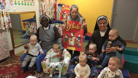 Judith Bernhardt mit den Schwestern und Kindern in der Kinderkrippe in Akureyri/Island
