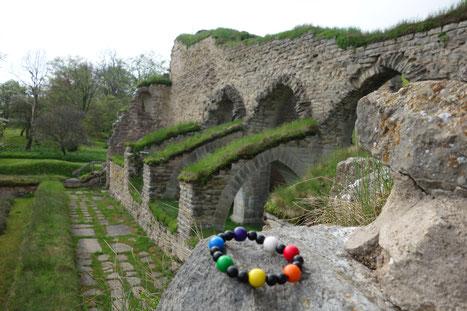 Perlen des Pilgerkranzes an der Klosterruine von Alvastra