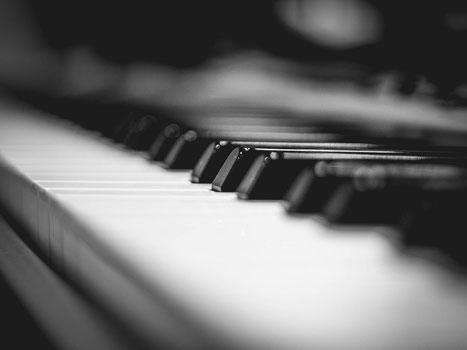 Tastatur eines klassischen Klavieres