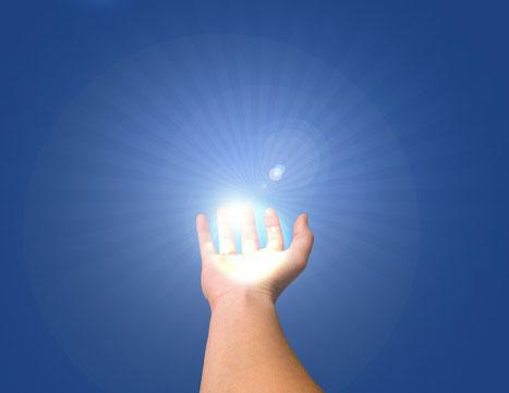 Heiler: sich in der Hand konzentrierendes weißes Licht als Symbol für die universelle Heilkraft