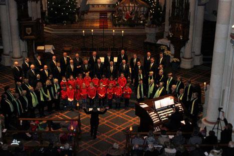 Die Ida-Spatzen, der Ida-Chor und der MGV Herzfeld-Hovestadt traten auch gemeinsam auf – hier dirigiert von Claudia Kerkhoff, an der Orgel Jörg Bücker. Bericht/Fotos M. Schomacher