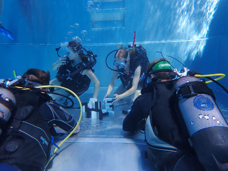 Konzentration beim Unterwasser-Jenga