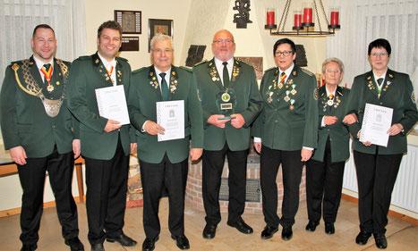 B. Erhard, Kai und Rainer Kosowsi, Ehrenvorsitzender E.-R. Konrad, 2. Vorsitzende A.-M. Götzl, Gerda Speer. B. Winnecke