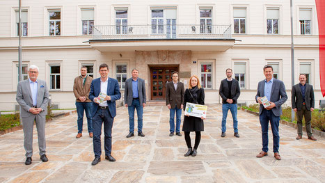 Bild: KELAG-Vorst. M. Freitag, Ch. Osou (LV Bienenzucht), LR M. Gruber, Maschinenring-Landesobm. G. Scheiflinger, Ch. Tamegger (Ktn. Saatbau), M. Stipic-Raatz (Kl. Zeitung), Ch. Frohnwieser (Kl. Zeitung), Gem.-LR D. Fellner, Gemeindebund-Präs. G. Vallant