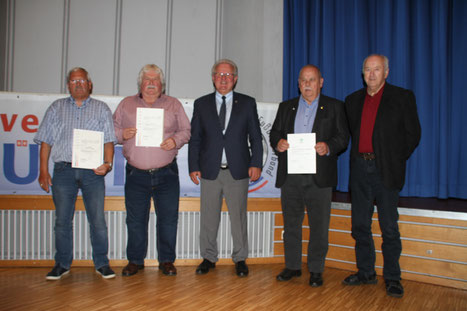 Geehrt: Egbert Wittek, Wolfgang Petermann, Hans-Joachim Jahnke und Werner Papist  (v. l.) mit SHFV-Präsident Hans-Ludwig Meyer (Mitte). Foto: Michael Lemm