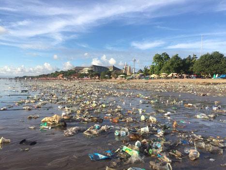 Strand in Indonesien (Bali) voller Plastikmüll nach einem Unwetter
