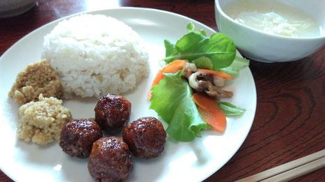 高キビミートボール、うるちアワそぼろ2種、キノコソテーのヒエ粉マヨサラダ、五穀ご飯。
